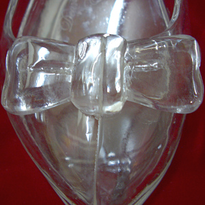 ガラスの靴のつま先に載せたガラスのリボン
