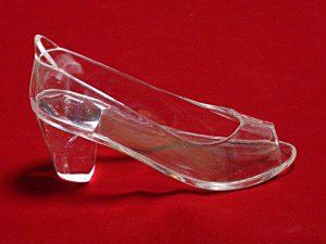 ecco社のイベントに使用された、オープントゥの履けるガラスの靴