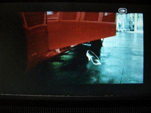 スペインの空港にて、赤色のLEXUSIS250の脇に置かれた履けるガラスの靴。