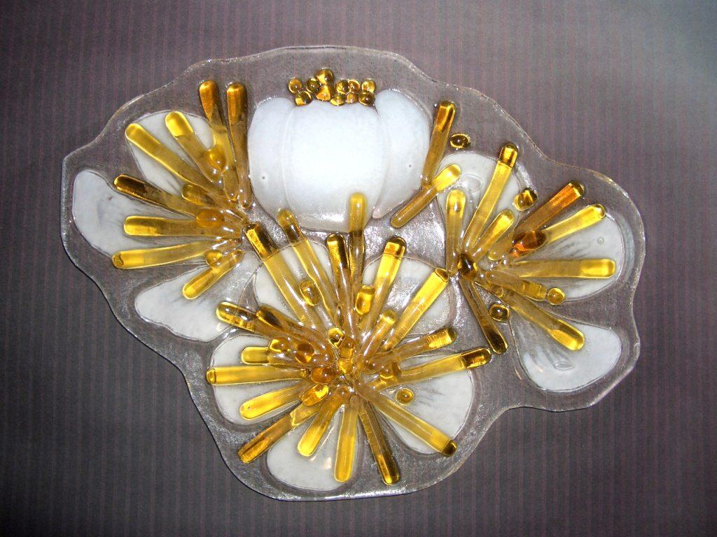 ガラス細工の梅の花