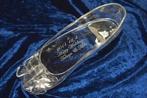 プロポーズにガラスの靴を選ぶなら【はせがわガラス株式会社】~名入れの体験も受け付けます~