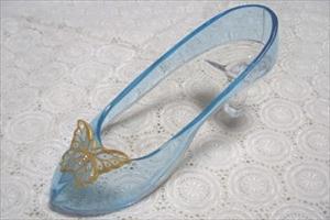 ガラスの靴を注文するなら100年以上続く【はせがわガラス株式会社】へお任せください。「ガラスの靴」の細部までこだわったフォルムとオーダーメイドでつくる技術に自信があります。サプライズのプレゼントやプロポーズにも喜ばれる品物としてご購入頂いております。ガラスの靴の商品イメージ画像