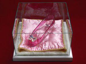 プロポーズにオーダーメイドのガラスの靴!注文は【はせがわガラス株式会社】へ